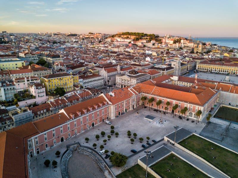 Фото трутня - восход солнца над районом Alfama Лиссабона, Португалии стоковое изображение