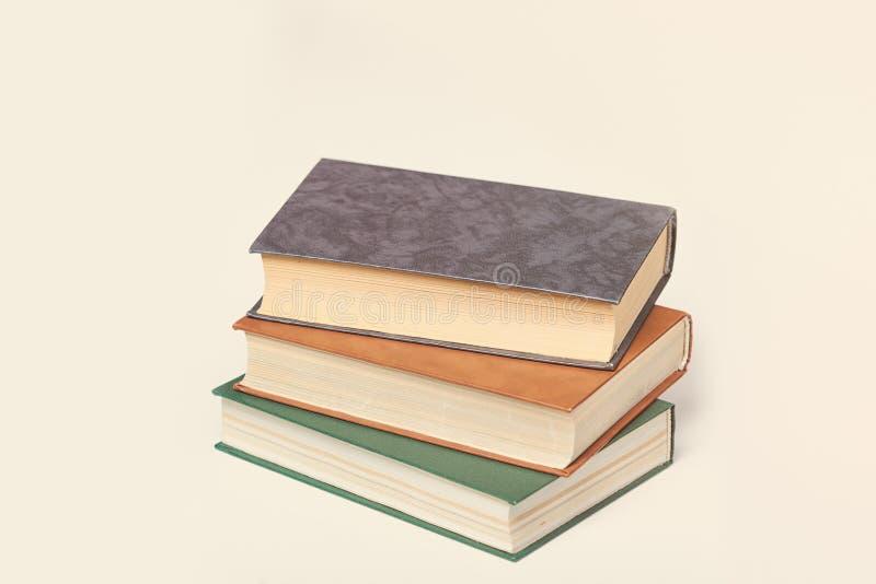 Фото холодной кучи книг на чудесном белом backgr студии стоковое фото rf