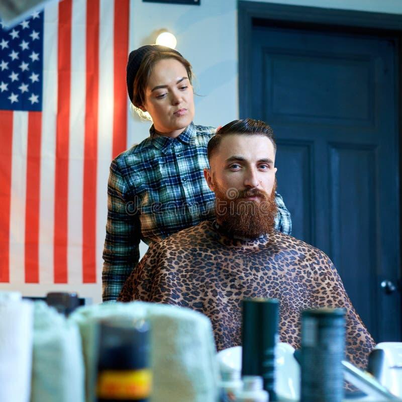 Фото человека битника получая стрижку парикмахером стоковое фото rf