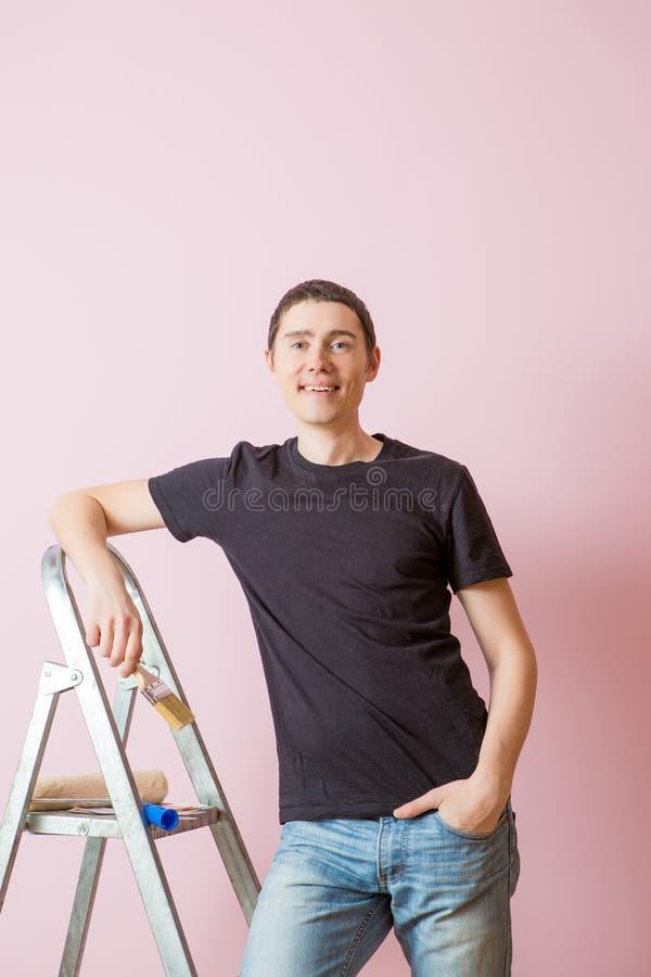 Фото человека с кистью рядом с лестницей стоковое фото