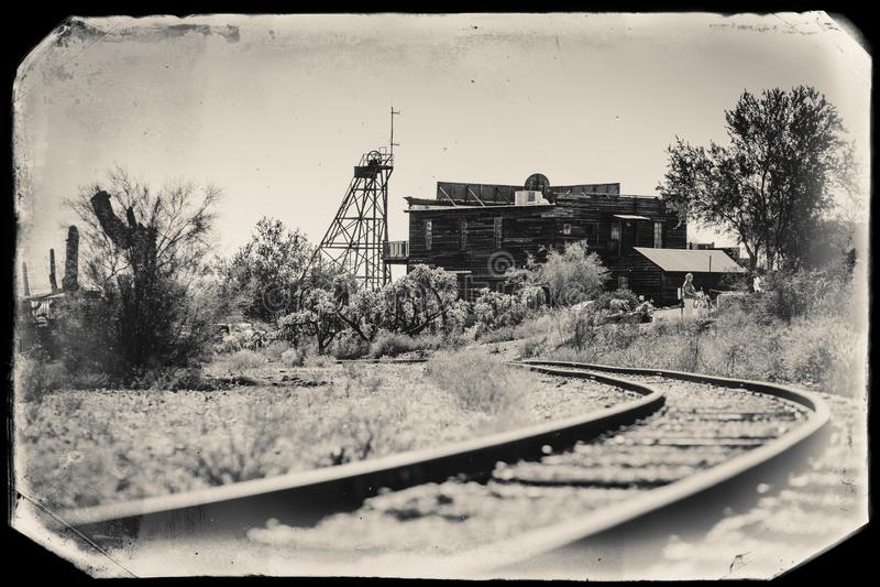 Фото черно-белого Sepia винтажное старых следов поезда в город-привидении золотодобывающего рудника Goldfield в Youngsberg, Аризо стоковое изображение
