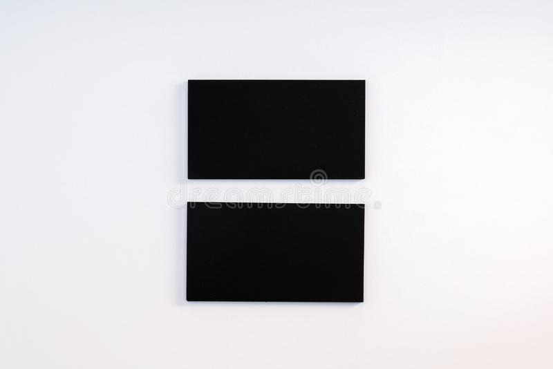 Фото черных пустых визитных карточек на белой предпосылке Templ стоковые изображения
