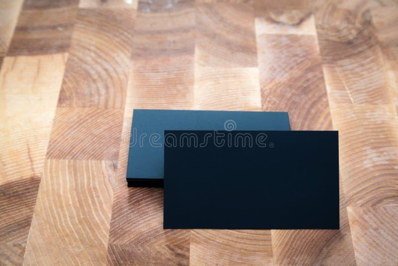 Фото черных пустых визитных карточек на деревянной предпосылке Templa стоковое изображение rf