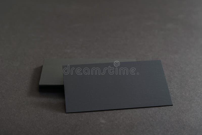 Фото черных пустых визитных карточек на черной предпосылке Templ стоковое фото