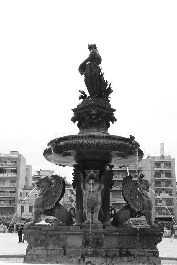 Фото bnw фонтана на городе patra стоковые изображения rf