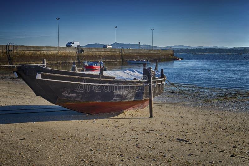 Фото HDR рыбацкой лодки на пляже стоковые изображения