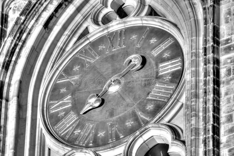 Фото HDR черно-белое часов столичного собора Святых Vitus, Wenceslaus и Adalbert в замке Праги стоковая фотография