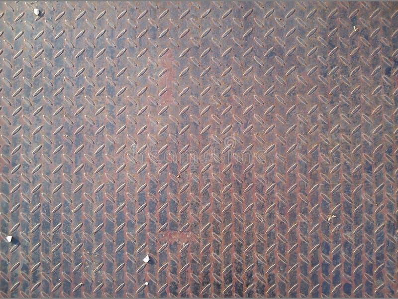 Фрагмент металлического моста с неровной поверхностью Долгосрочный сплав с антискользящим ослаблением Несколько карандашей с белы стоковое фото