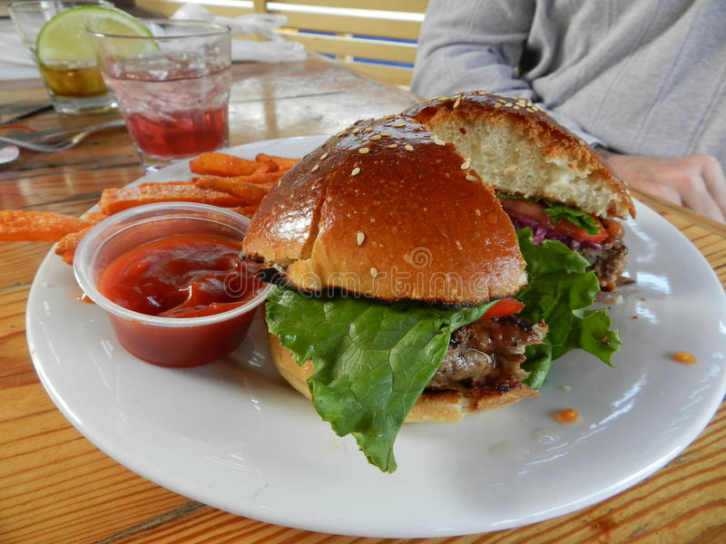 Фраи гамбургера и сладкого картофеля стоковая фотография rf