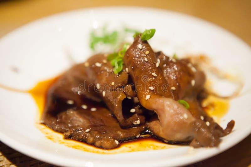 Фрай stir барбекю говядины в отбензинивании соевого соуса с japanes сезама стоковое изображение