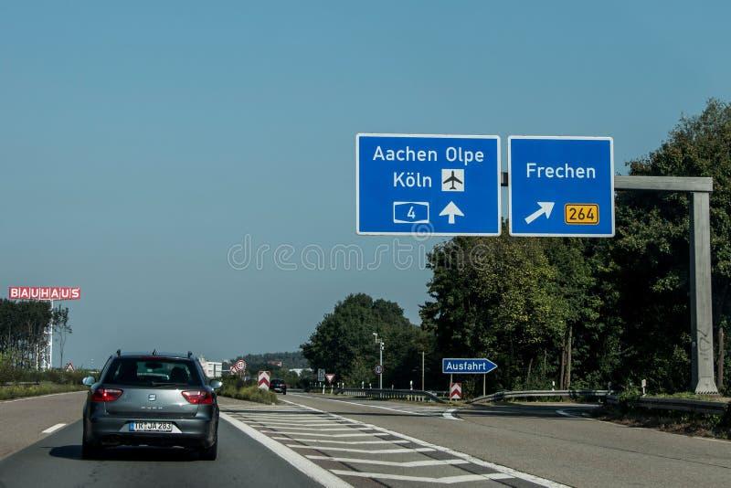 Франкфурт, Германия 29 09 2017 - дорожный знак немецкого автобана шоссе голубой водя к кёльну koeln авиапорта стоковые фото