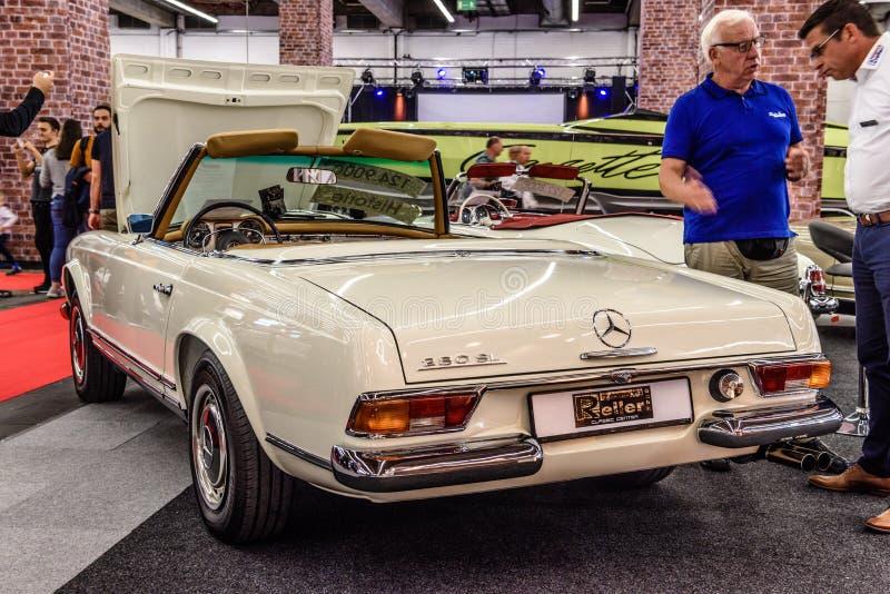ФРАНКФУРТ, ГЕРМАНИЯ - СЕНТ 2019: white ivory MERCEDES 280 SL W113 cabrio roadster 1963 1971 с открытым капотом, IAA International стоковое фото rf