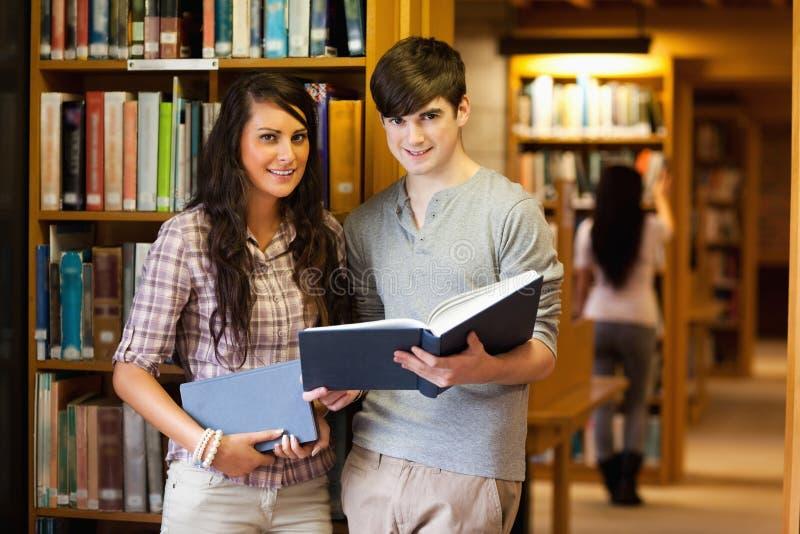 Франтовские студенты с книгой стоковое изображение