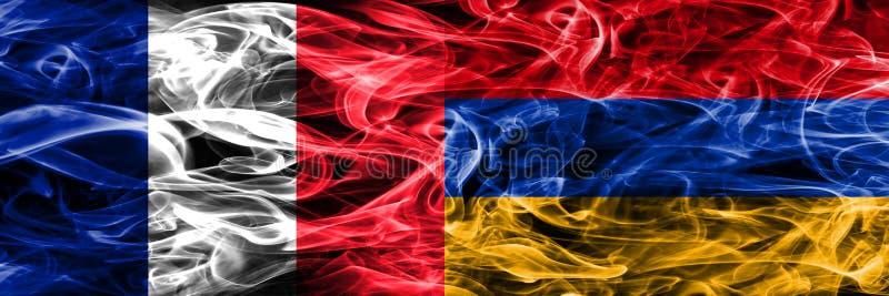 Франция против дыма Армении сигнализирует помещенную сторону - мимо - сторона Толщиной покрашенные шелковистые флаги дыма Франции стоковое фото rf