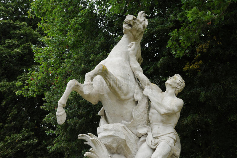 Франция, статуя в классическом парке Мергельн le Roi стоковые фото