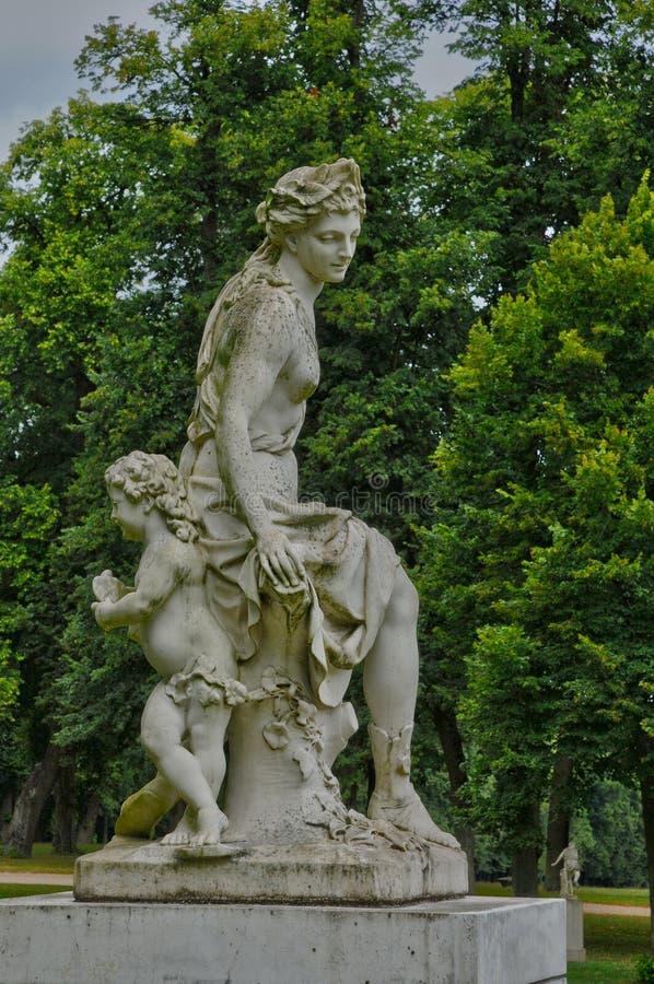 Франция, статуя в классическом парке Мергельн le Roi стоковые изображения rf