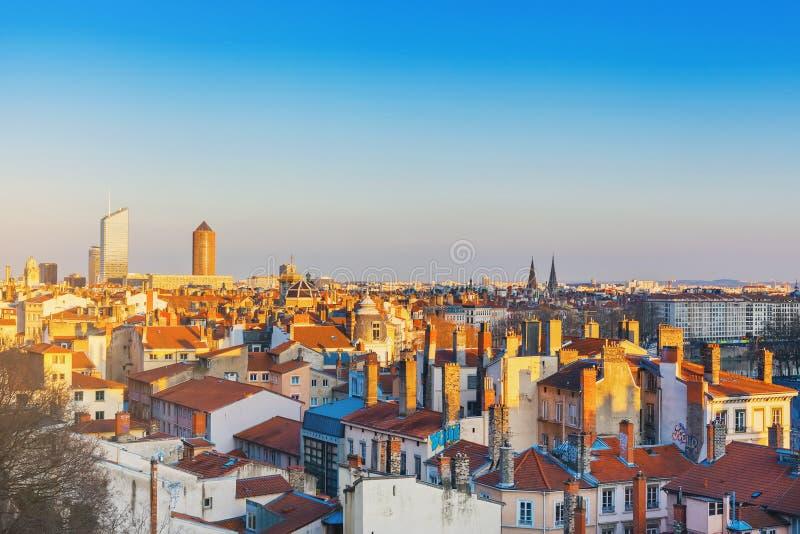Франция lyon Вид с воздуха крыть черепицей черепицей крыш и печных труб старого городка стоковая фотография