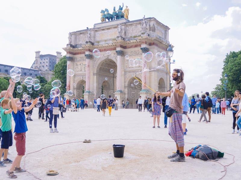 Франция paris Май 2018 Представление улицы делает пузыри мыла стоковое фото rf
