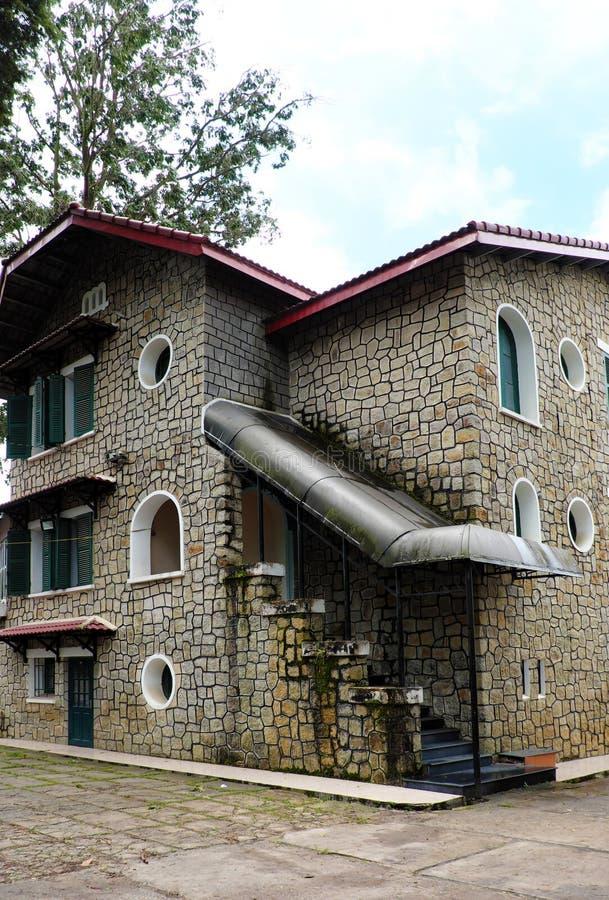 Французская архитектура старинного каменного дома с зеленым Ð´ÐµÑ€ÐµÐ²ÑÐ½Ð½Ñ стоковое фото rf