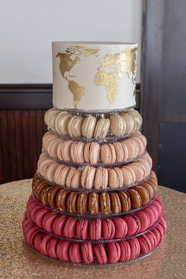 Французская башня Macaron со свадебным пирогом карты мира золота на верхней части стоковое изображение