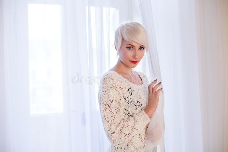Французская блондинка в белой комнате стоковые фото