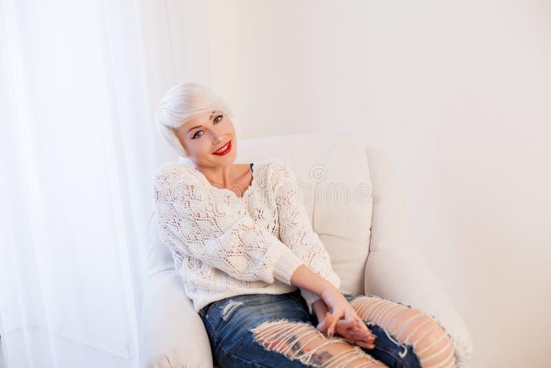 Французская блондинка в белой комнате стоковая фотография rf