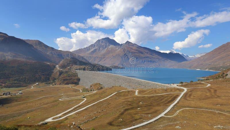 Французская гидроэлектроэнергия: Запруда в горах Француз Альпы, озеро стоковое изображение