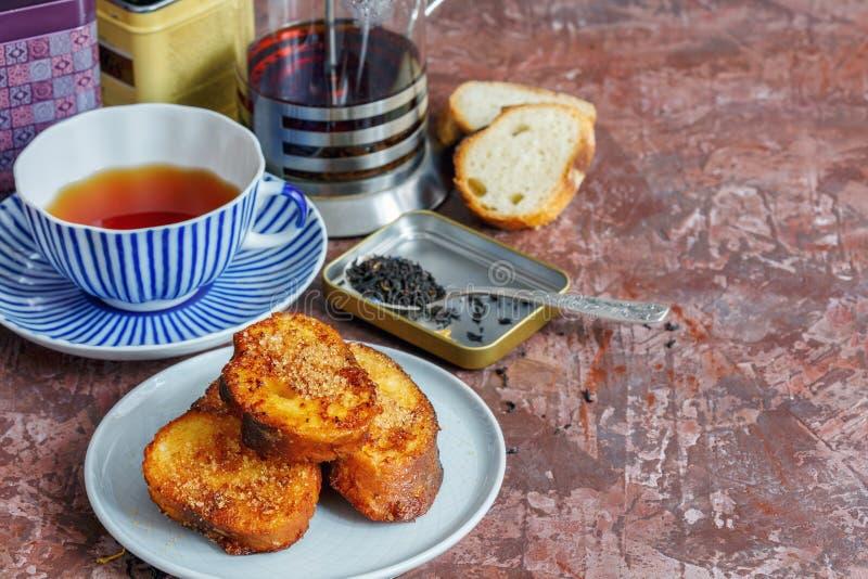 Французская здравица и чашка чая завтрака стоковое фото