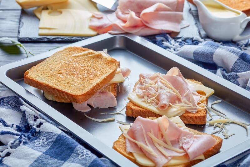 Французская здравица на листе выпечки стоковые изображения