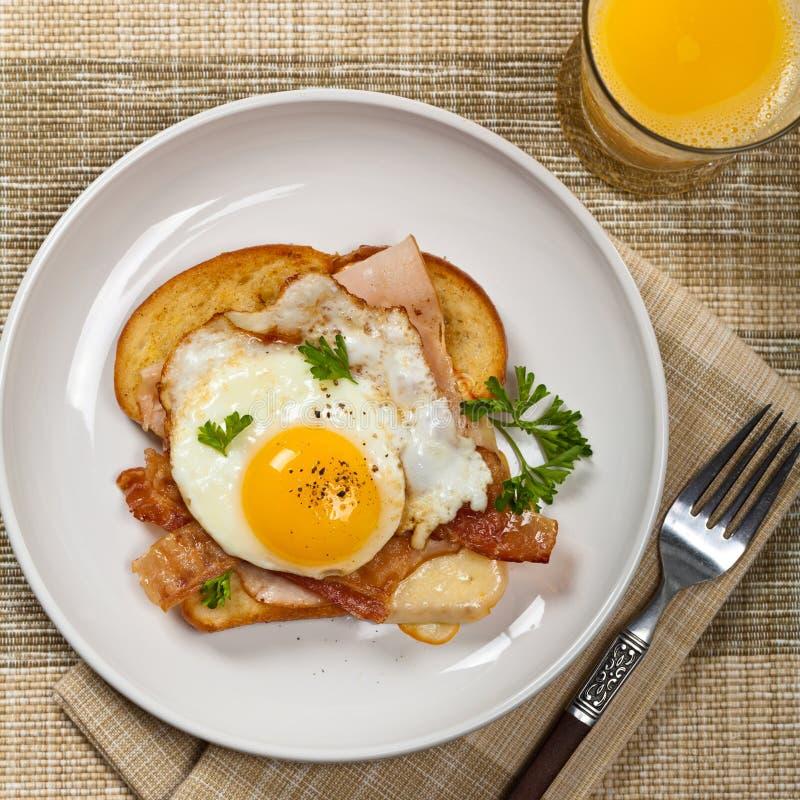 Французская здравица завтрака с яичницами стоковое изображение rf