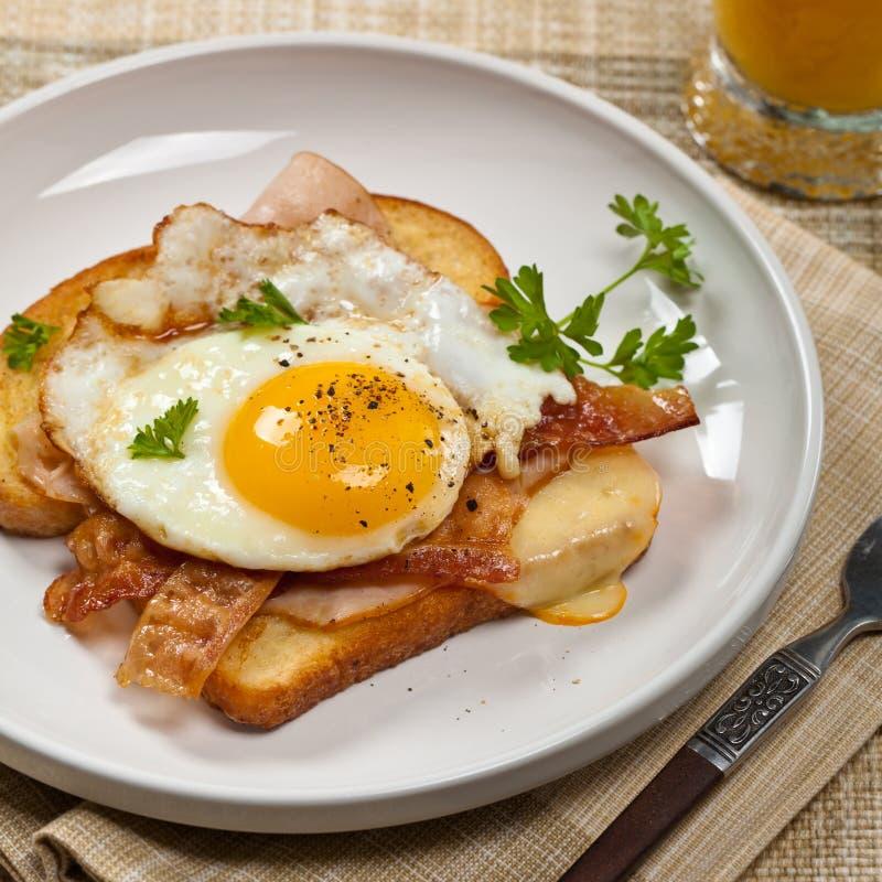 Французская здравица завтрака с яичницами стоковые изображения