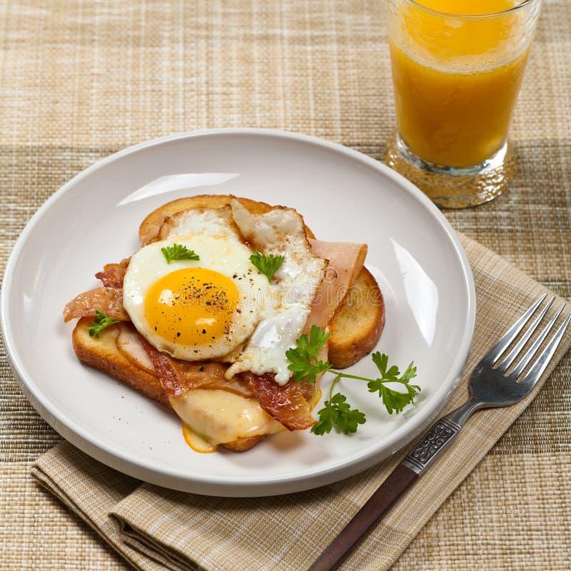 Французская здравица завтрака с яичницами стоковое изображение