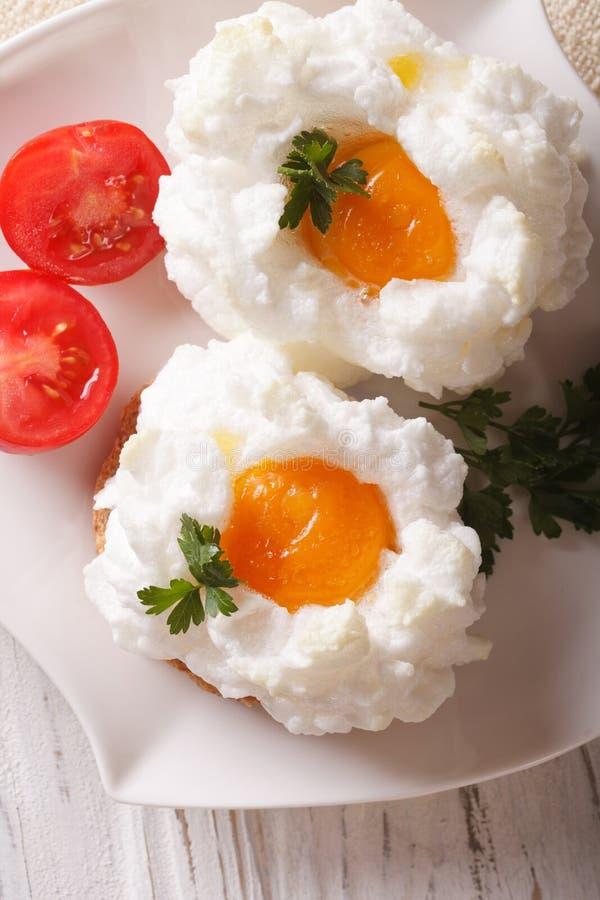 Французская кухня: испеченные яичка Orsini и крупный план томата вертикальный t стоковое фото