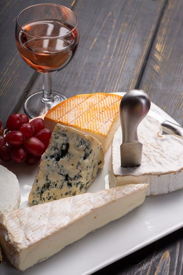 Французская плита сыров в ассортименте, голубом сыре, бри, Мунстер, стоковое изображение rf