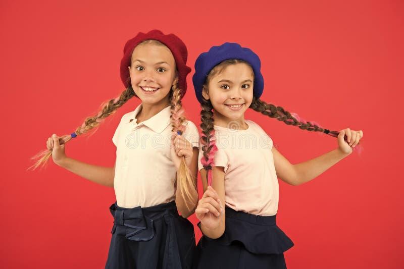 Французская языковая школа Концепция моды школы Девушки зрачка усмехаясь носят официальные шляпы формы и берета Международный стоковые фото