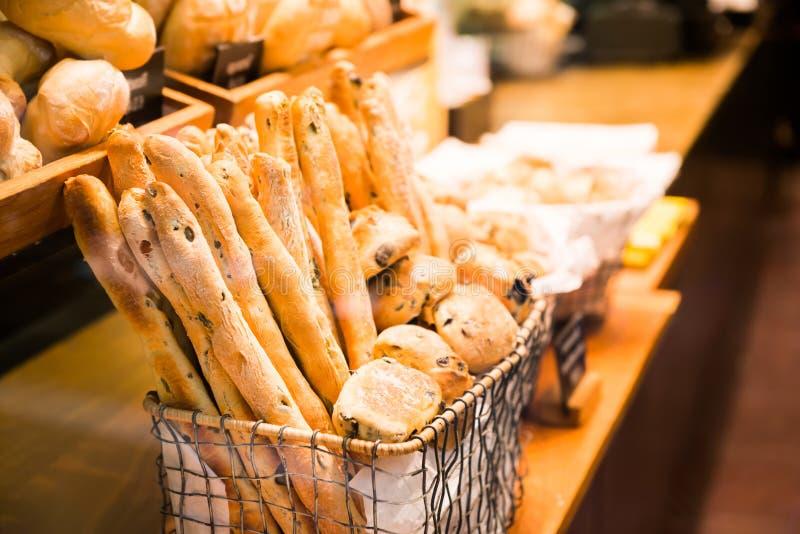 Французские багет и хлеб в корзине стоковая фотография