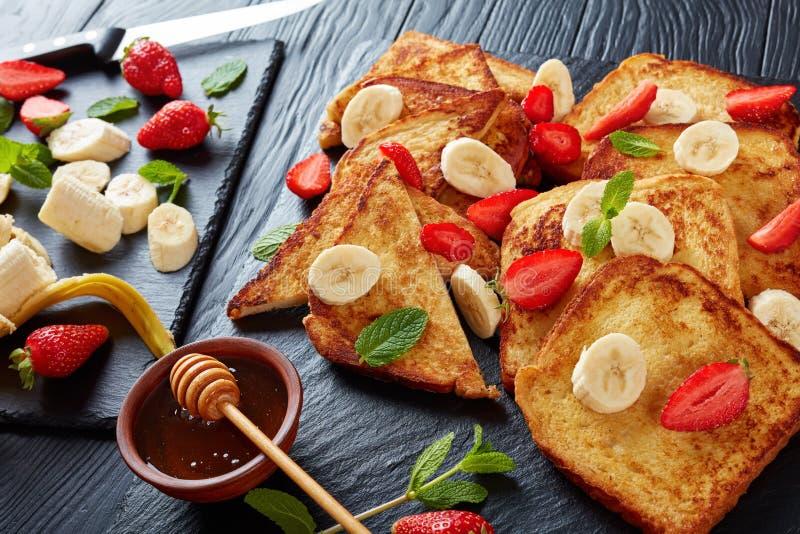 Французские здравицы с плодоовощами и мятой стоковая фотография rf