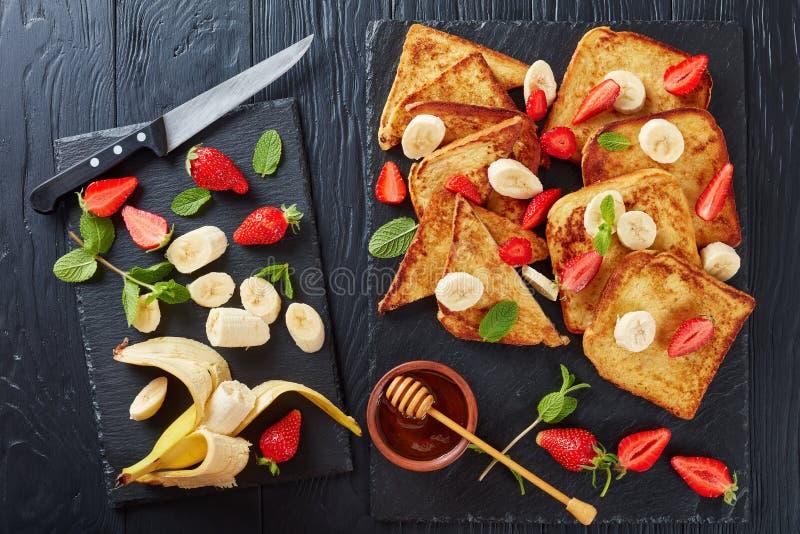 Французские здравицы с плодоовощами и мятой стоковые фото