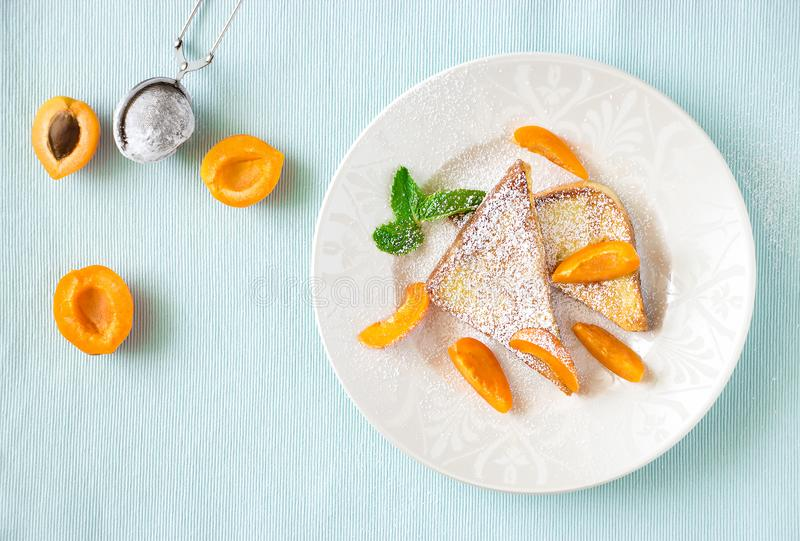 Французские здравицы с свежим абрикосом отрезка Концепция завтрака здоровья стоковое изображение rf