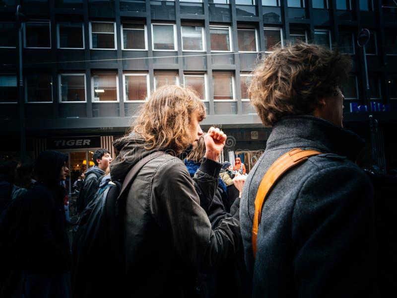Французские люди демонстрации протеста улицы против мам правительства стоковые изображения