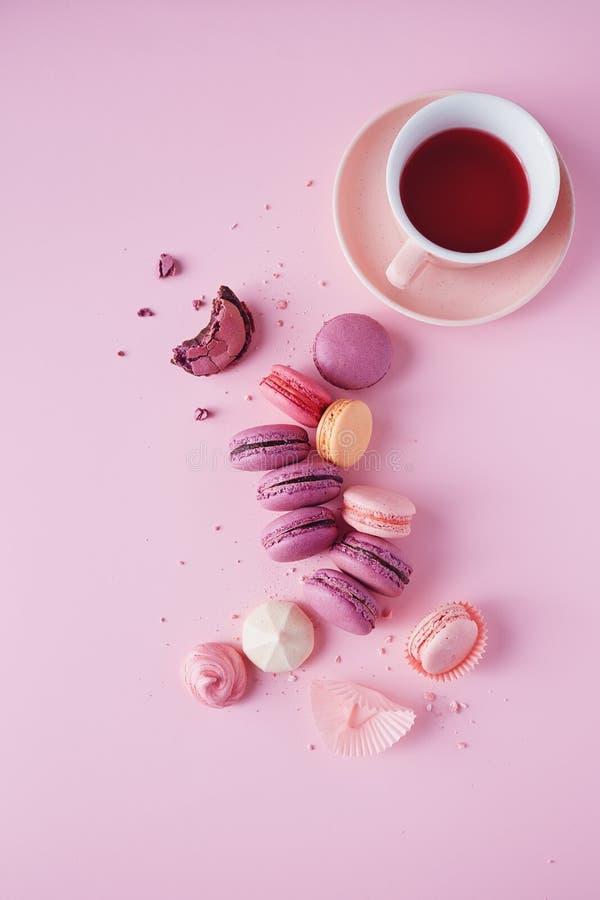 Французские печенья на розовой предпосылке стоковые изображения rf