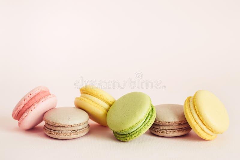 Французские печенья macaroons установили с различными вкусами Концепция еды праздников с космосом экземпляра стоковое изображение
