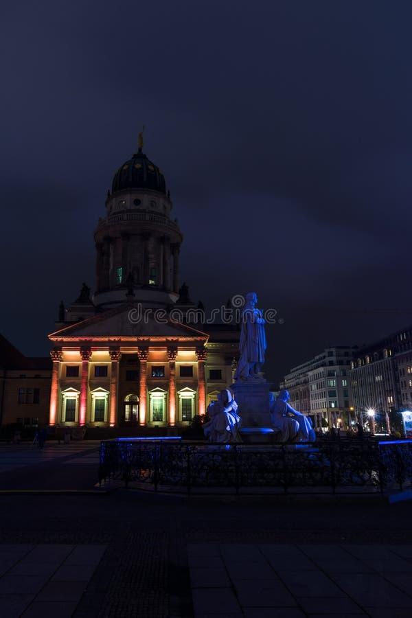 Французские собор и статуя Friedrich von Schiller на Gendarmenmarkt стоковые изображения rf
