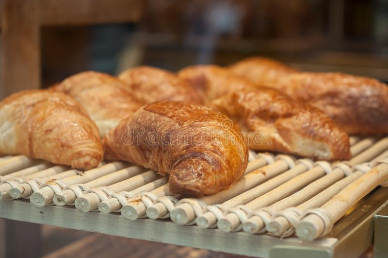 французские традиционные круассаны в хлебопекарне стоковая фотография rf
