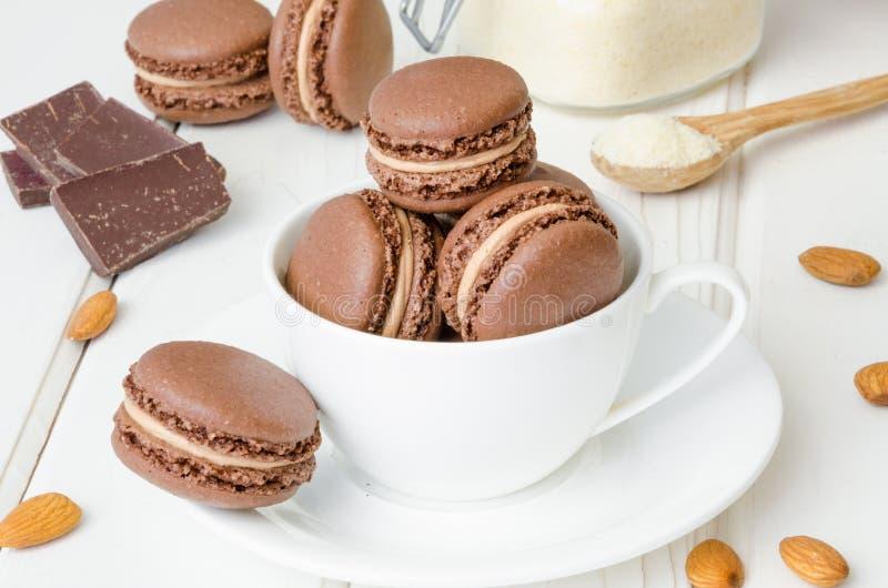 Французские традиционные macarons шоколада десерта со сливк кофе стоковые изображения