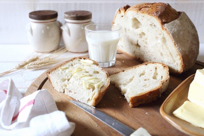 Французские хлеб, масло и стекло sourdough молока стоковые фото