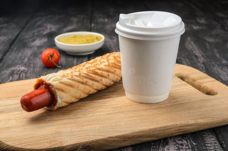 Французские хот-дог и кофе на деревянном столе стоковая фотография