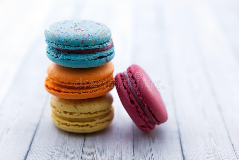 Французские macarons аварии Стог красочного macaroon на деревянном столе стоковое изображение rf