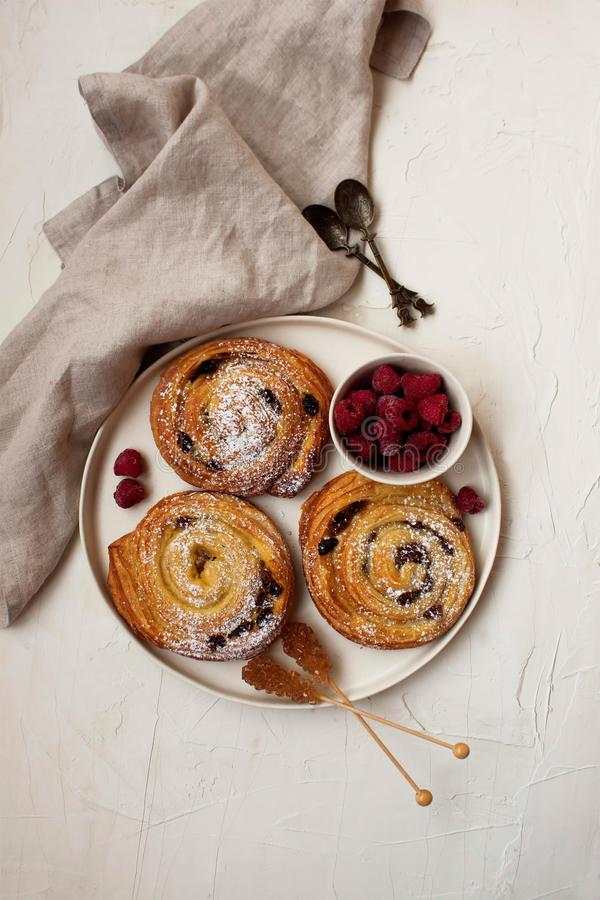 Французский завтрак с кренами и полениками циннамона стоковые фото
