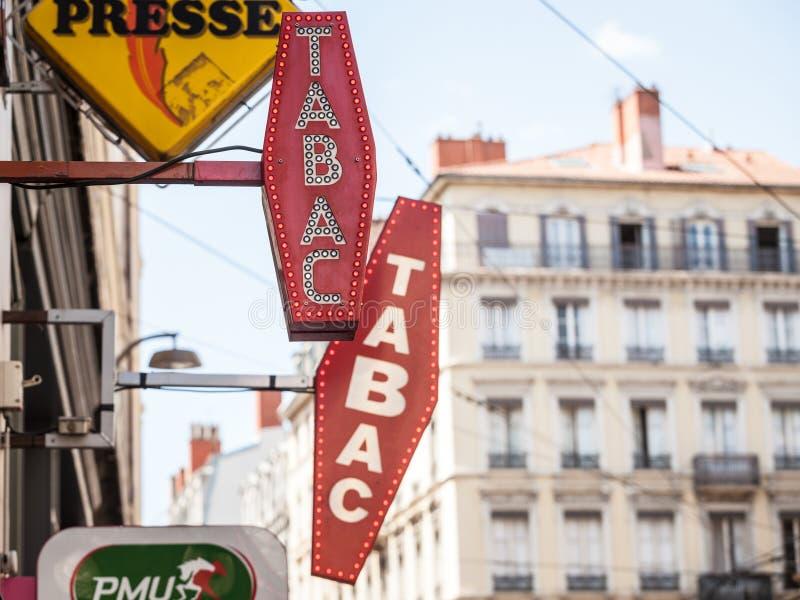 Французский знак tobacconist на продавце tobaccol, продавая сигареты Они иконически Франции, также вызванный buraliste стоковая фотография